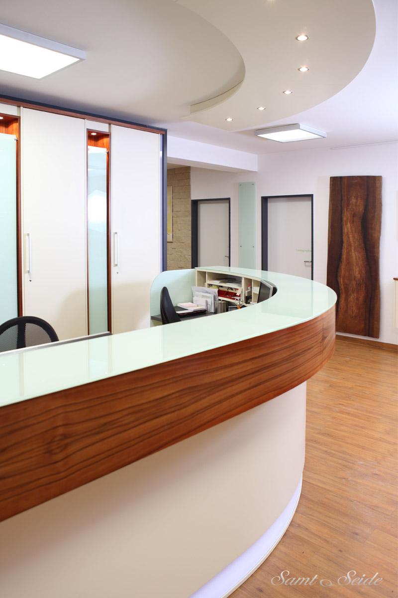 Modernes Interieur und individuelle Gestaltung für eine Arztpraxis